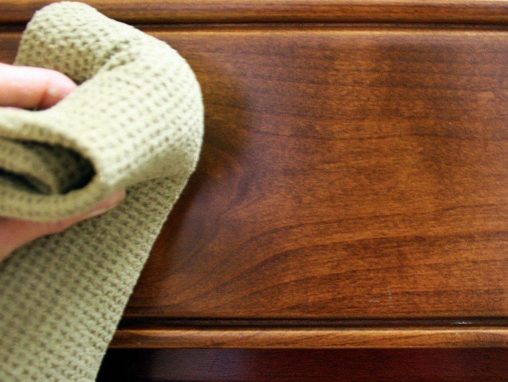gamuza limpiando mueble de cocina